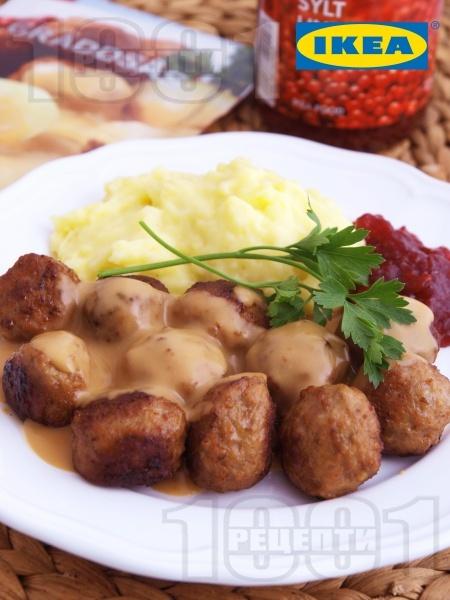 Кюфтенца ИКЕА с гарнитура от картофено пюре, бял сметанов сос и сладко от червени боровинки - снимка на рецептата
